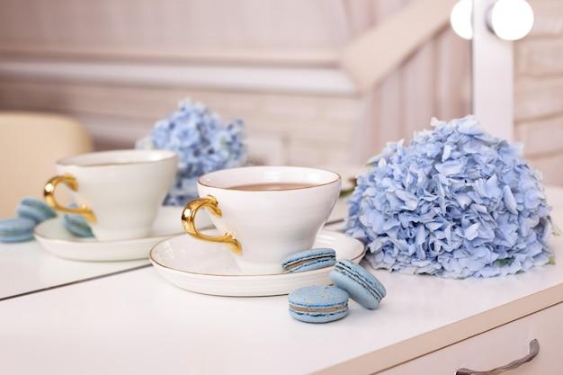 Чашка чая миндальное печенье и голубая гортензия