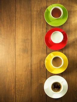 Чашка чая, молока, кофе на деревянном