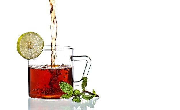 Чашка чая, мята и лимон на белом
