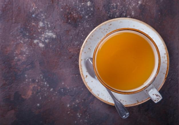 暗い背景にお茶のカップ。