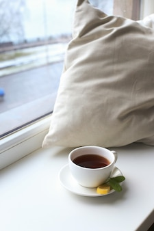 ベッドの上のお茶のカップ