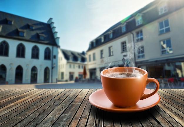 街の背景にお茶を一杯