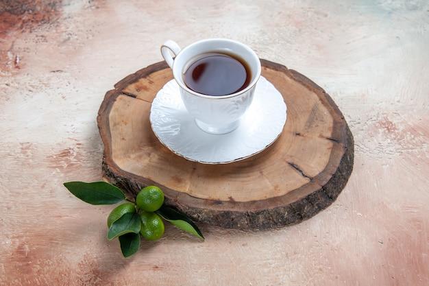 光の上のお茶のカップ