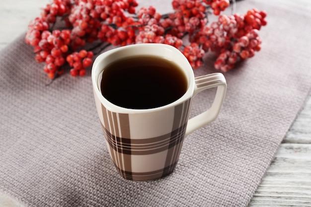 テーブルのクローズアップでお茶を一杯