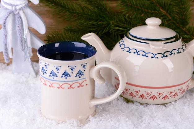 木製の背景の上のテーブルの上のお茶のカップ
