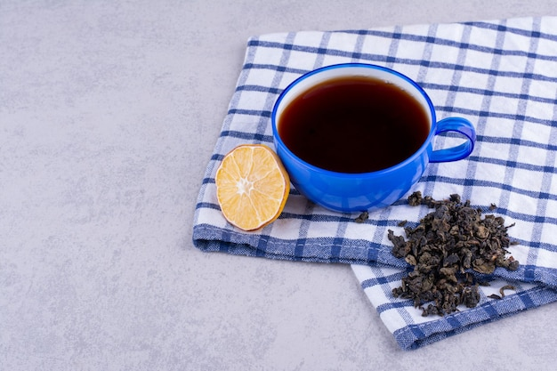 레몬 슬라이스와 건조 차 식탁보에 차 한잔. 고품질 사진