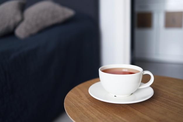 Чашка чая на фоне кровати. доброе утро.