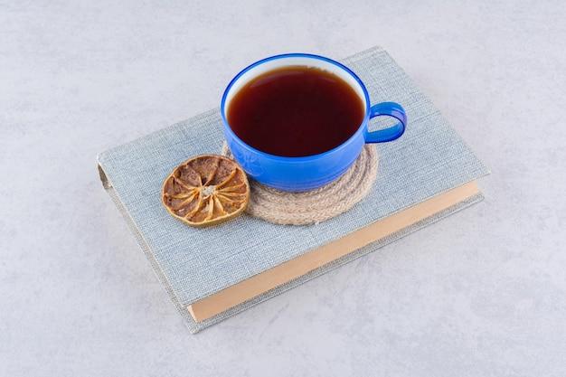 오렌지 슬라이스 책 위에 차 한잔. 고품질 사진