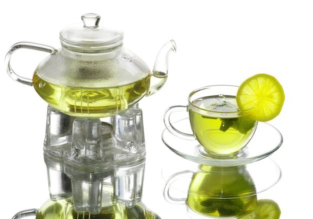 Чашка чая на белом фоне