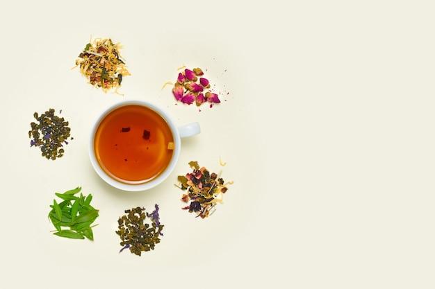Чашка чая, россыпь сухого фруктового чая