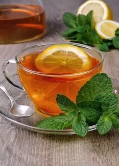 レモンとミントのスライスとお茶のカップ
