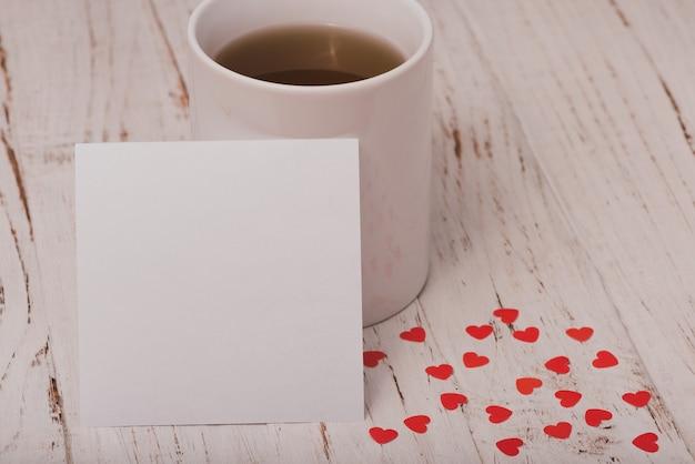白のポスターとお茶のカップ