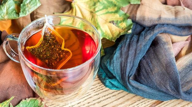 秋の紅葉とお茶のカップ。コピースペース