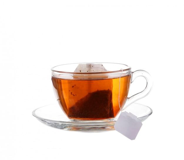 白い背景で隔離のバッグとお茶のカップ