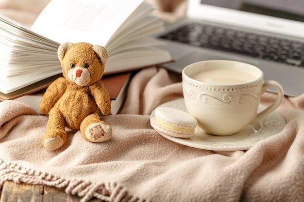 テーブルのクローズアップの本とお茶のカップ