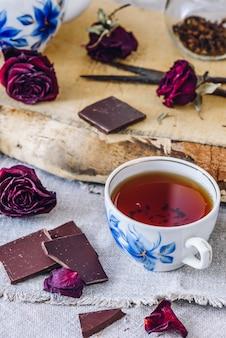 チョコレートバーとお茶のカップ。