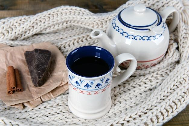 テーブルのクローズアップにチョコレートとお茶のカップ