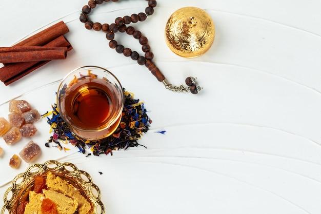 テーブルの上のシナモンスティックとお茶のカップ