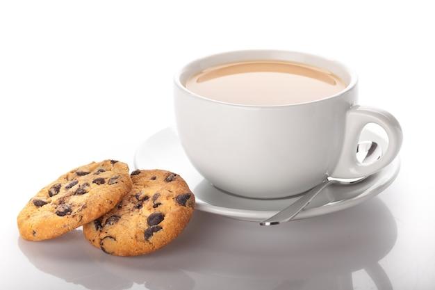 背景にクッキーとお茶のカップ
