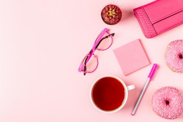 Чашка чая с пончиками и различными аксессуарами