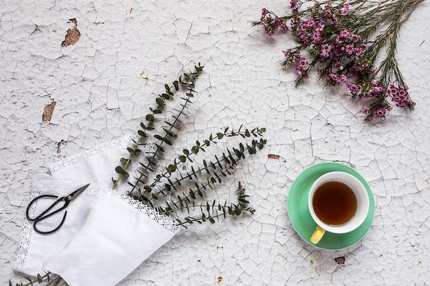Чашка чая с цветочным фоном