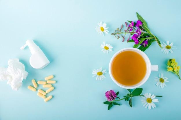 カモミールの花と咲くサリーとピルが入ったお茶、鼻水と喉にスプレーします。季節の病気と風邪、インフルエンザ、熱の治療。漢方薬と従来の薬。