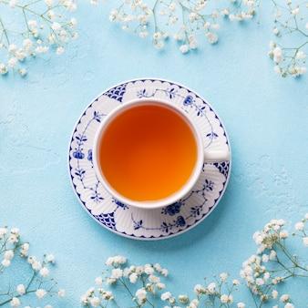 新鮮な花とお茶のカップ。上面図。コピースペース。