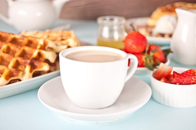 自家製焼きたてのワッフルとイチゴと蜂蜜のお茶