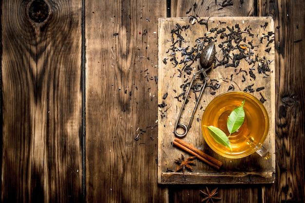 나무 배경에 녹색 잎 차 한잔
