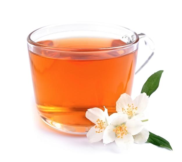 Чашка чая с жасмином на белом фоне