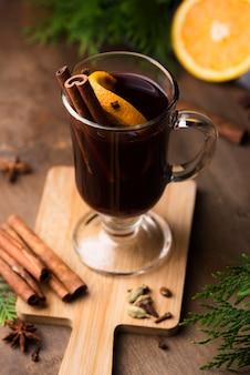 Чашка чая с лимоном и корицей