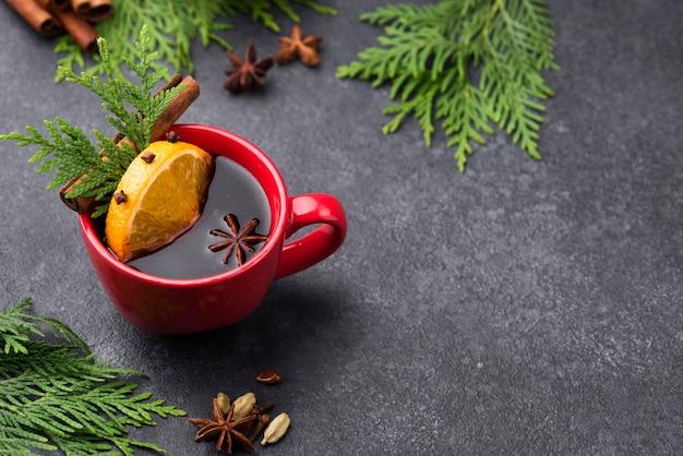Чашка чая с лимоном и фруктами с копией пространства
