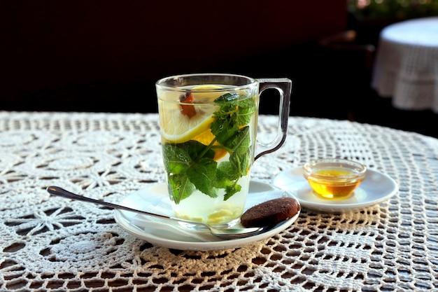 레몬, 민트, 생강, 디저트를 곁들인 차 한잔