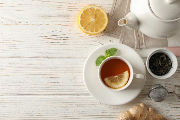 レモン、ミント、ストレーナー、ジンジャー、ティーポット、木製、上面にお茶のカップ