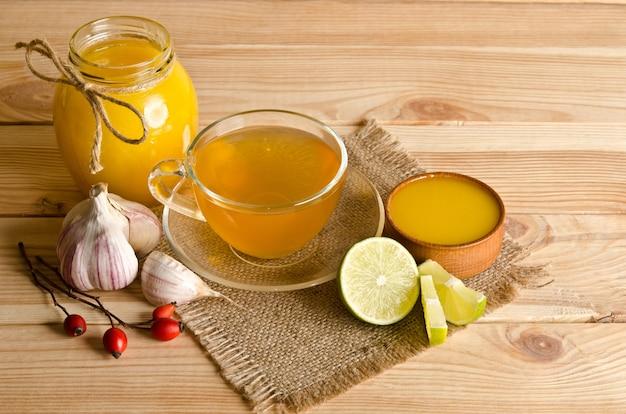 レモンスライスとお茶のカップ