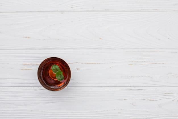 テーブルの上のミントと紅茶のカップ
