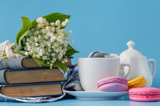 春の花とお茶のカップ