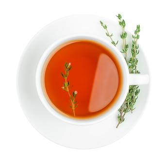 Чашка чая с тимьяном на изолированном белом фоне, вид сверху