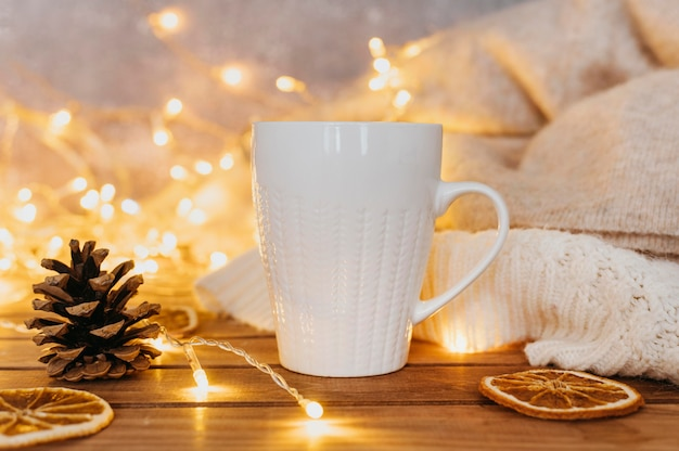 冬のライトとお茶のカップ