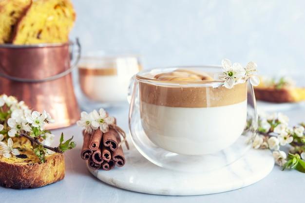 トレンディなホイップクリームの冷たいダルゴナコーヒーとイタリアのビスコッティのカップ