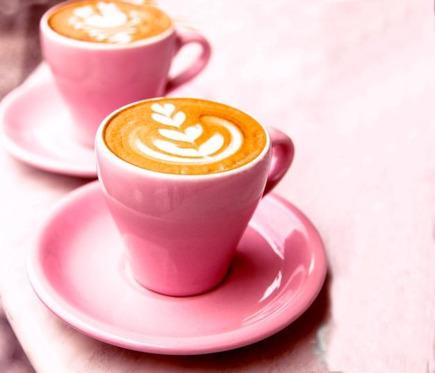 대리석 테이블 배경에 뜨거운 라떼 커피 두 잔