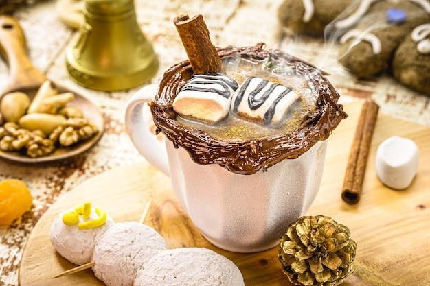 植物性ミルクで作ったビーガンホットチョコレートのカップ、スモーキースチームのクリスマスドリンク