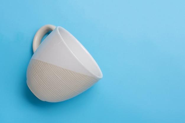 Чашка на синем фоне. копировать пространство