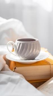 本と皿の上のカップ