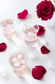 アイスキューブと白のバラの花びらとさわやかなバラ水レモネード