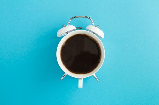 Чашка в форме часов с кофе