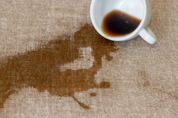 컵 엎질러진 커피 더러워진 자리 부어 흰 얼룩 드라이 클리닝