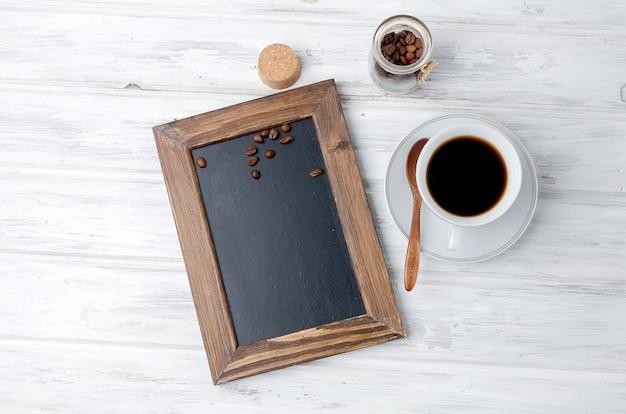 흰색 테이블에 컵 강한 커피