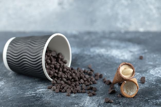 Tazza di cioccolatino dolce con caramelle