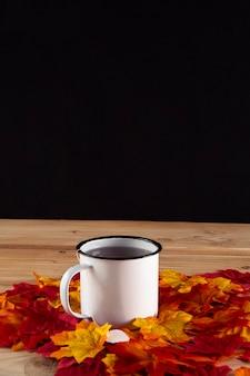 Tazza di tè in autunno ancora in vita